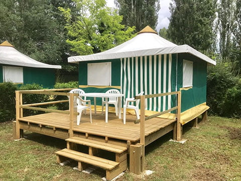 Bungalow toilé avec terrasse dans un Camping proche de Sarlat