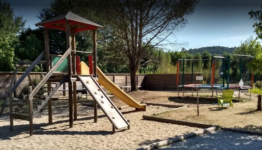 Aire de jeux pour enfants au camping dordogne