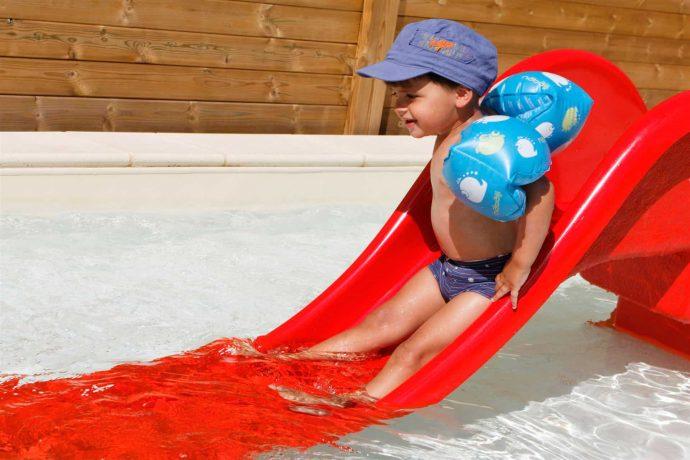 Toboggan aquatique pour enfant dans piscine chauffée en Dordogne