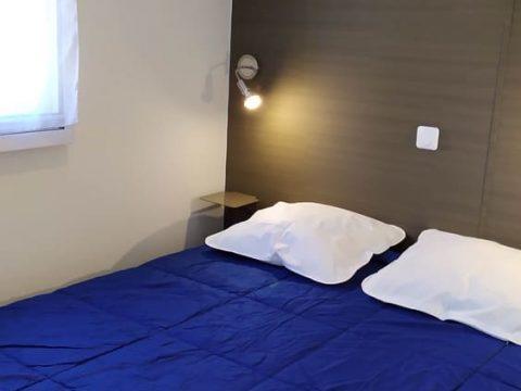 Photo de la chambre parents du mobilhome Bermudes dans un camping proche de Sarlat
