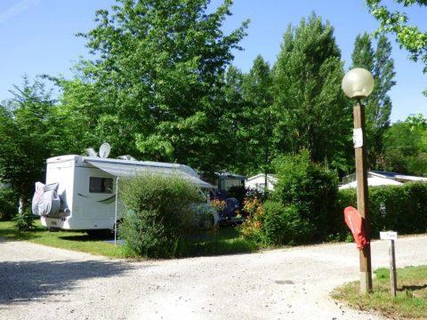 Beaux emplacements grands et spacieux pour camping car en Dordogne