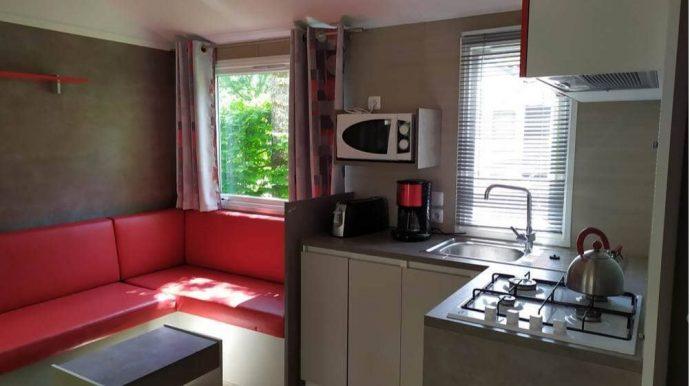 Photo de l'espace cuisine salon du mobil-home Nirvana