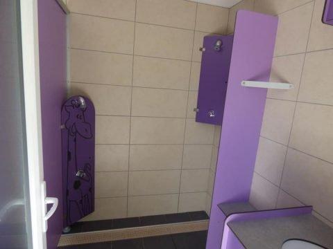 Douche Enfants dans salle de bain familiale au camping Sarlat
