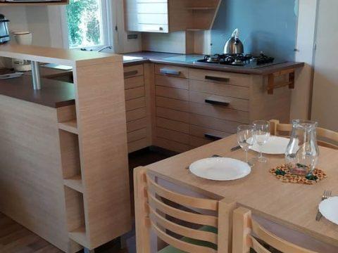 Photo de la cuisine du mobilhome super sélénia proche de Sarlat