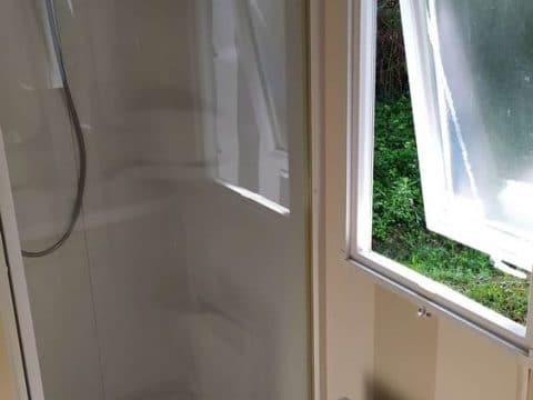 Photo de la douche du mobil-home sélénia