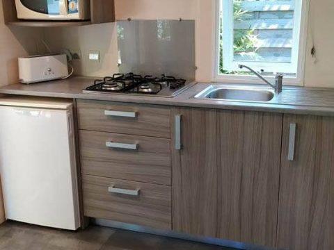 Photo de l'espace cuisine ouverte sur terrasse dans Camping Sarlat