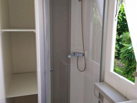 Photo de la douche du mobil-home dans camping dordogne