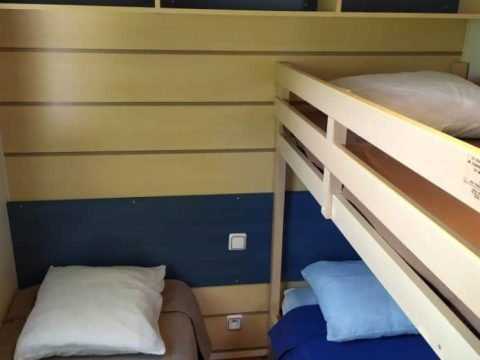 Chambre de 3 lits dans Mobil-Home Mercure Family en Dordogne