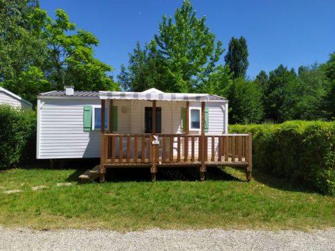 Photo de la vue de la terrasse du mobil home Mercure Family au Camping du Lac