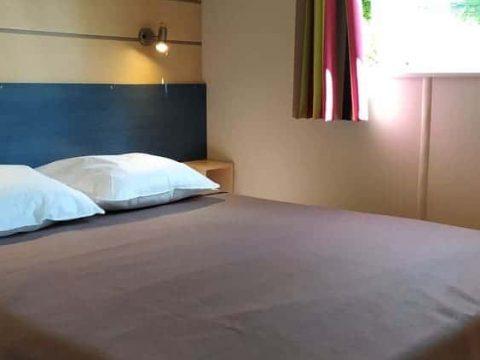 Photo de la chambre parentale avec accès salle de bain dans mobil-home Super Mercure
