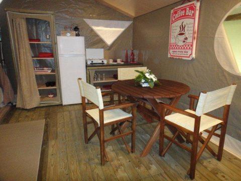 Photo de la cuisine de la tente lodge en Camping Dordogne