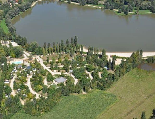 Vue aérienne du camping en Dordogne